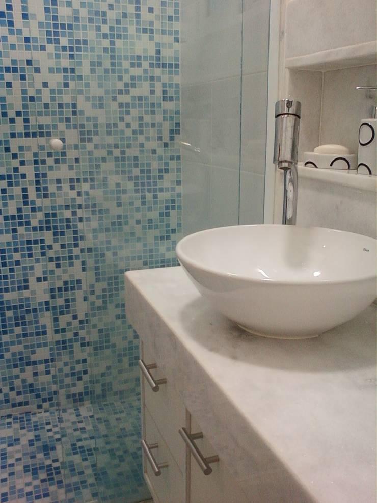 Conjugado em Copacabana: Banheiros  por Margareth Salles