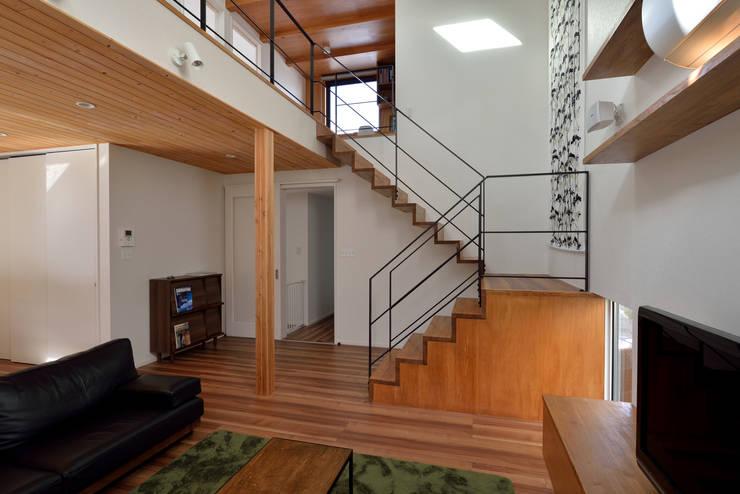 片持ちのリビング階段: 株式会社ブレッツァ・アーキテクツが手掛けた廊下 & 玄関です。