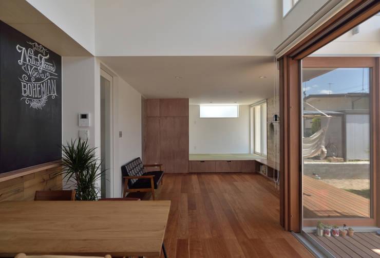 ห้องนั่งเล่น by 株式会社ブレッツァ・アーキテクツ