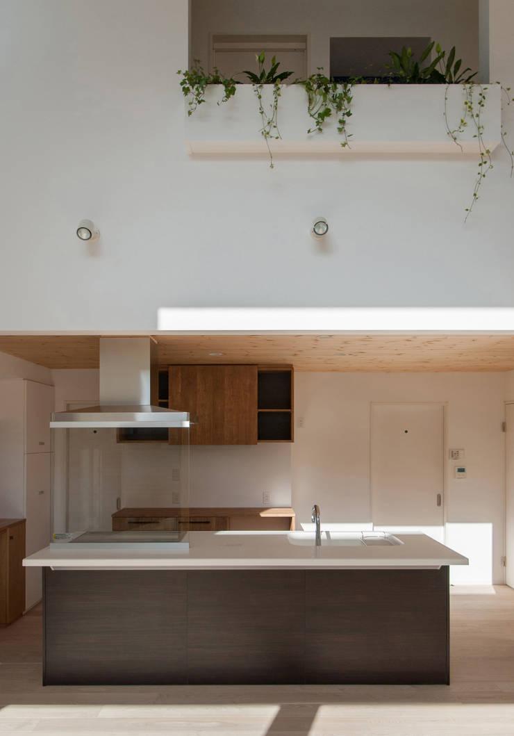 明るいキッチン: 株式会社ブレッツァ・アーキテクツが手掛けたキッチンです。