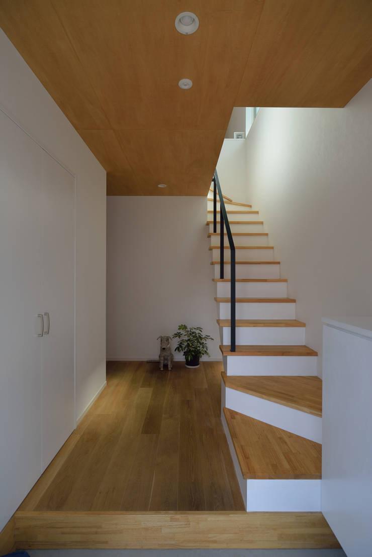 玄関から2階リビングへとつながる階段: 株式会社ブレッツァ・アーキテクツが手掛けた廊下 & 玄関です。