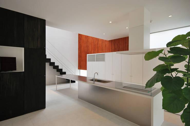 ダイニングテーブルと一体の造作キッチン: 株式会社ブレッツァ・アーキテクツが手掛けたキッチンです。