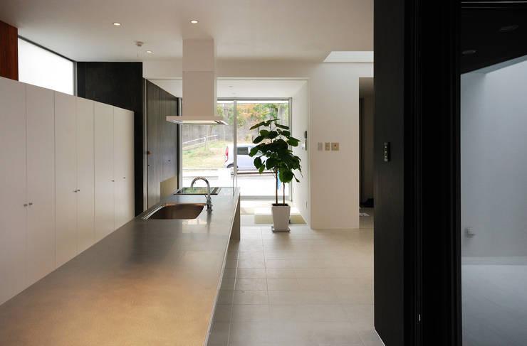 ダイニングテーブルと一体の造作キッチン: 株式会社ブレッツァ・アーキテクツが手掛けたダイニングです。