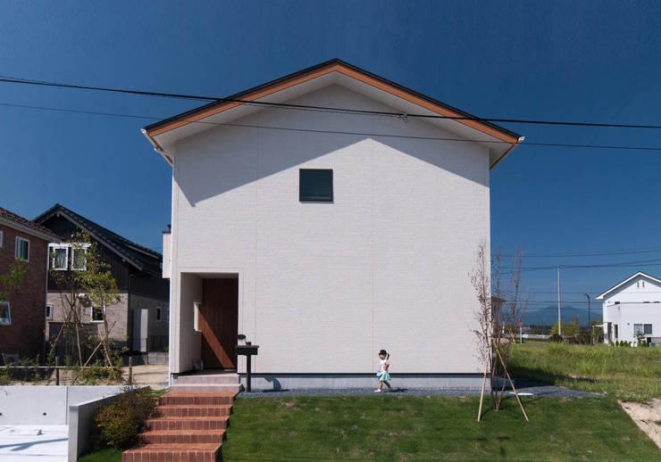 かわいらしい外観: 株式会社ブレッツァ・アーキテクツが手掛けた家です。