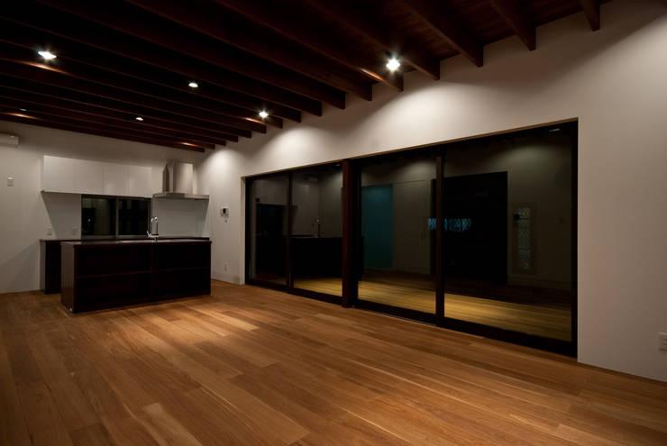 Living room by 株式会社ブレッツァ・アーキテクツ,