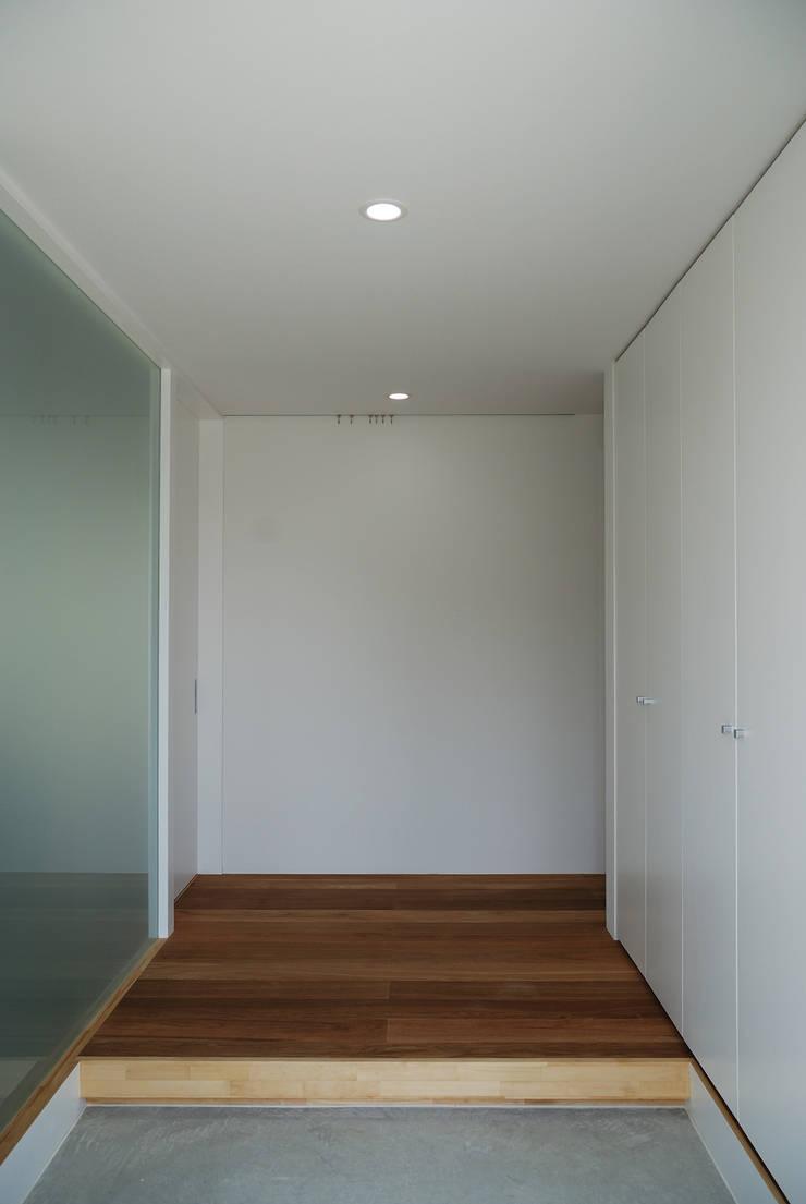 シンプルな玄関: 株式会社ブレッツァ・アーキテクツが手掛けた廊下 & 玄関です。