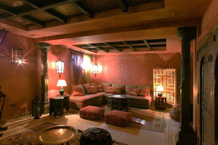 Salon estilo marroqui: Salones de estilo mediterráneo de Taller de Interiores Mediterraneos