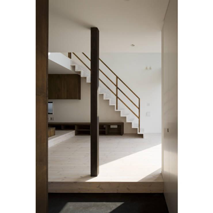 だんだんのいえ: 関建築設計室 / SEKI ARCHITECTURE & DESIGN ROOMが手掛けた廊下 & 玄関です。,
