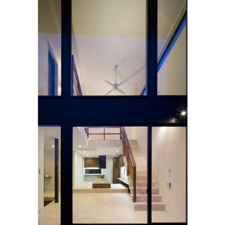 だんだんのいえ: 関建築設計室 / SEKI ARCHITECTURE & DESIGN ROOMが手掛けたリビングです。,