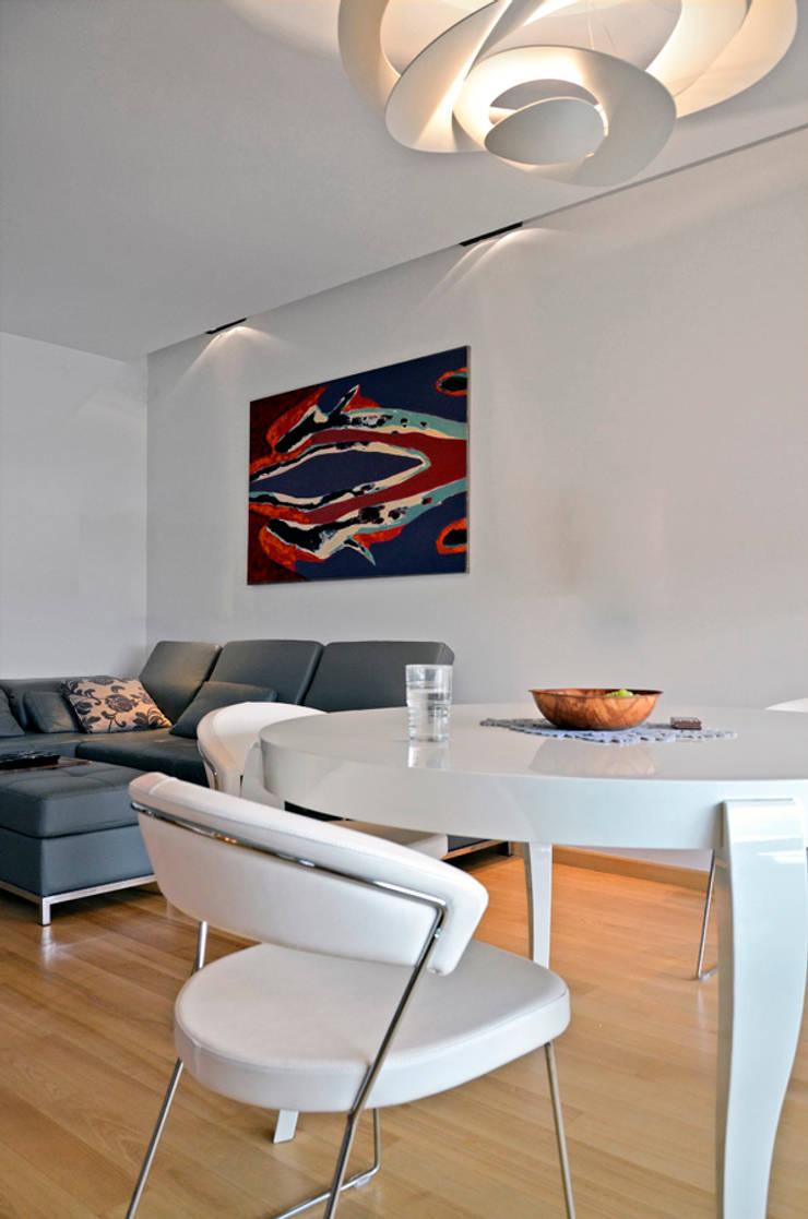 apartament na w warszawie na bluszczanskiej: styl , w kategorii Salon zaprojektowany przez PIKSTUDIO