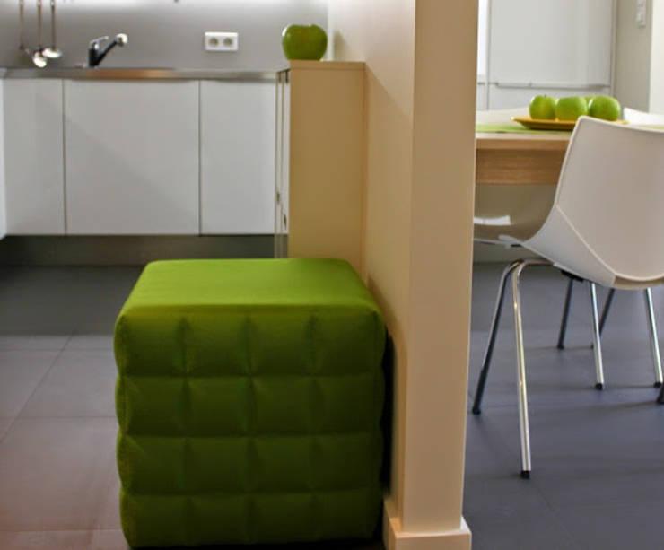 Mieszkanie 55m2 Warszawa, dla singla, pracującego w Warszawie: styl , w kategorii Kuchnia zaprojektowany przez Studio Projektowania doMIKOart,Nowoczesny