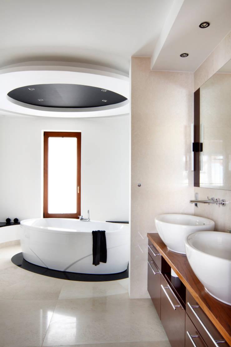 dom w makowie mazowieckim: styl , w kategorii Łazienka zaprojektowany przez PIKSTUDIO