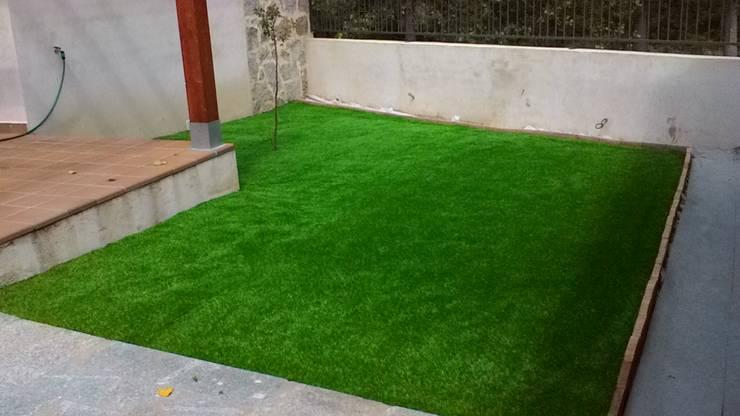 Jardines de exterior, césped artificial, jardines verticales, cascadas y y fuentes de interior: Jardines de estilo  de Topjalon.Agroambienal