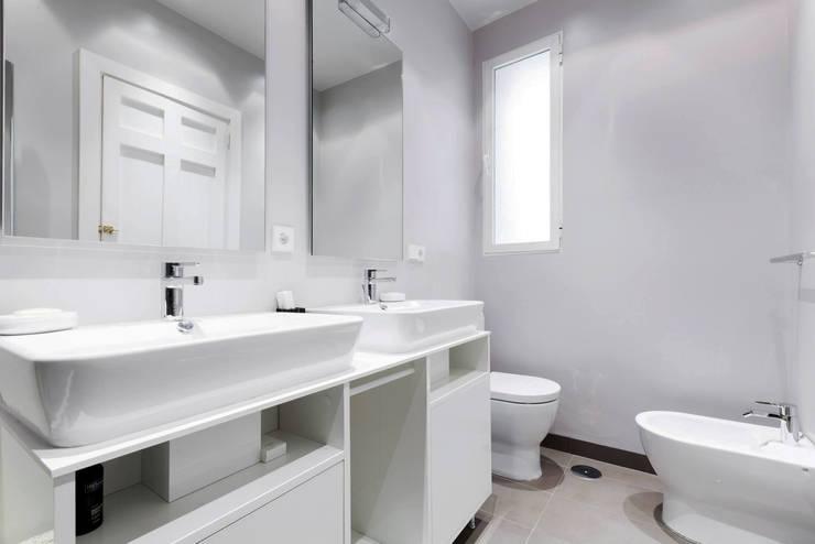 Baños de estilo  por  Simona Garufi