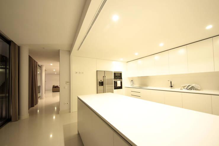 Kitchen by 3H _ Hugo Igrejas Arquitectos, Lda