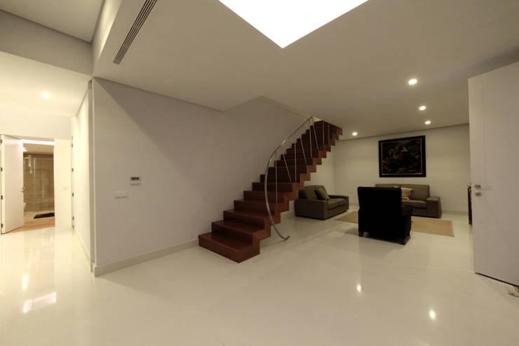 Casa em Carapeços: Corredores e halls de entrada  por 3H _ Hugo Igrejas Arquitectos, Lda