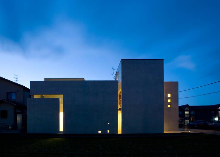 外観夕景: 本田建築設計事務所が手掛けた家です。