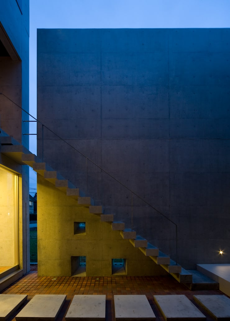 中庭階段: 本田建築設計事務所が手掛けた家です。