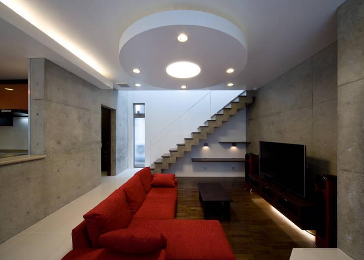 リビング階段: 本田建築設計事務所が手掛けたリビングです。
