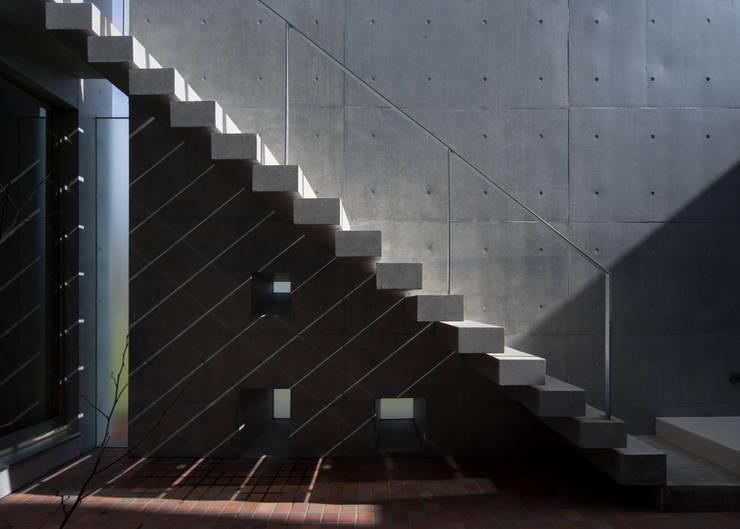屋外階段: 本田建築設計事務所が手掛けたテラス・ベランダです。