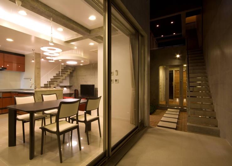中庭: 本田建築設計事務所が手掛けたテラス・ベランダです。