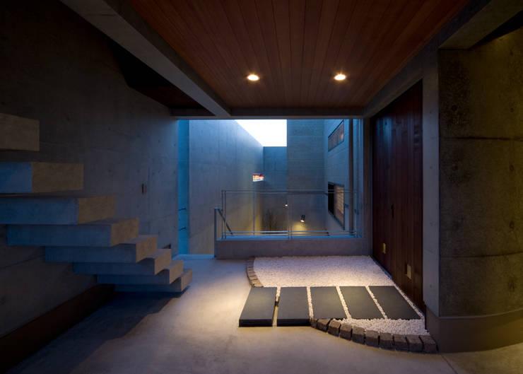 2階テラス: 本田建築設計事務所が手掛けた廊下 & 玄関です。