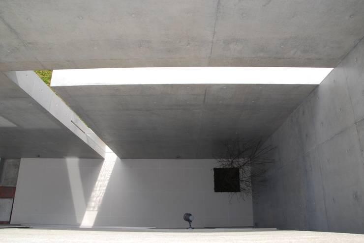 スリットからの光: 本田建築設計事務所が手掛けたテラス・ベランダです。