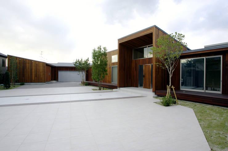都市の中のコテージ「癒せる木造りの家」: 草木義博 Kukan Design Works Inc.が手掛けた家です。