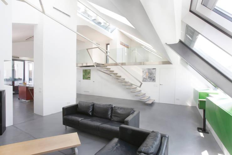 Wohnessbereich samt Galerieaufgang und Galerie: moderne Wohnzimmer von ATELIER WIENZEILE Tintscheff ZT-KG