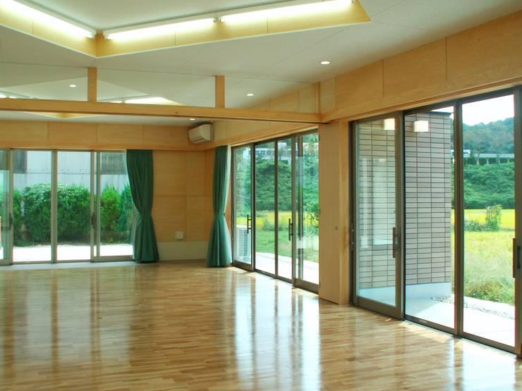 集会室 モダンデザインの 多目的室 の アンドウ設計事務所 モダン 無垢材 多色