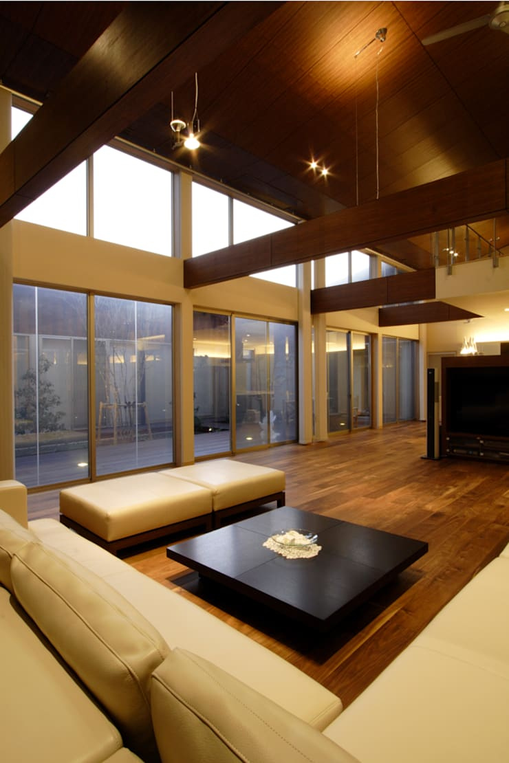都市の中のコテージ「癒せる木造りの家」: 草木義博 Kukan Design Works Inc.が手掛けたリビングです。