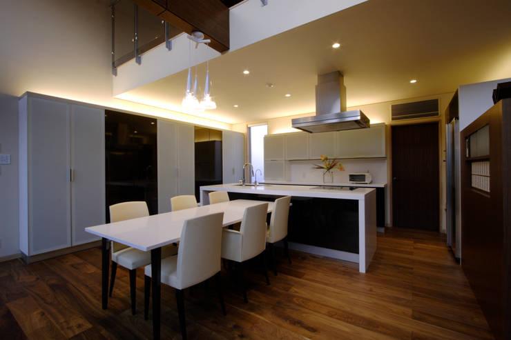 都市の中のコテージ「癒せる木造りの家」: 草木義博 Kukan Design Works Inc.が手掛けたキッチンです。