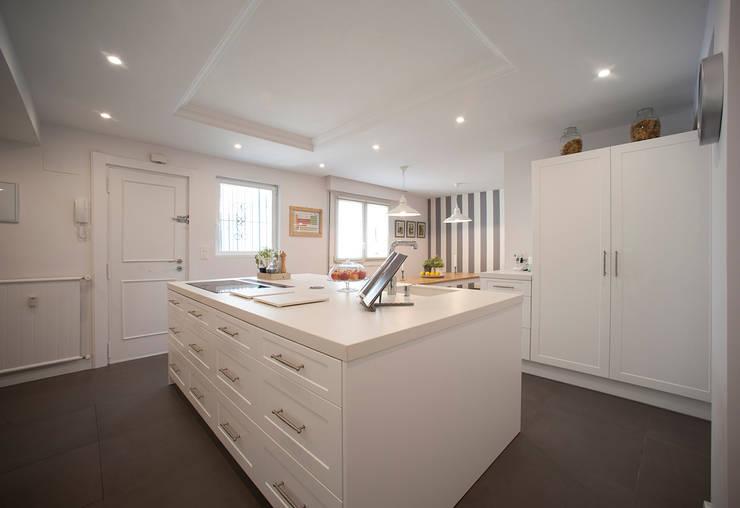 Isla de cocina blanca : Cocinas de estilo clásico de Gumuzio&PRADA diseño e interiorismo