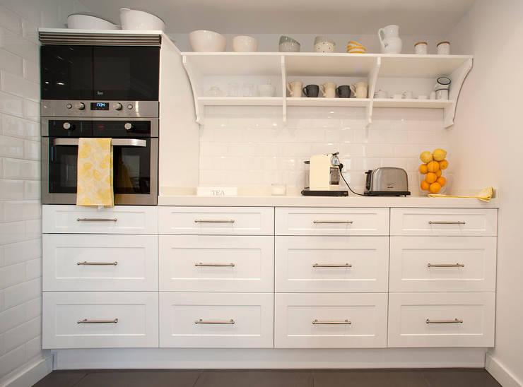 zona de office con electrodomésticos de integración: Cocinas de estilo clásico de Gumuzio&PRADA diseño e interiorismo