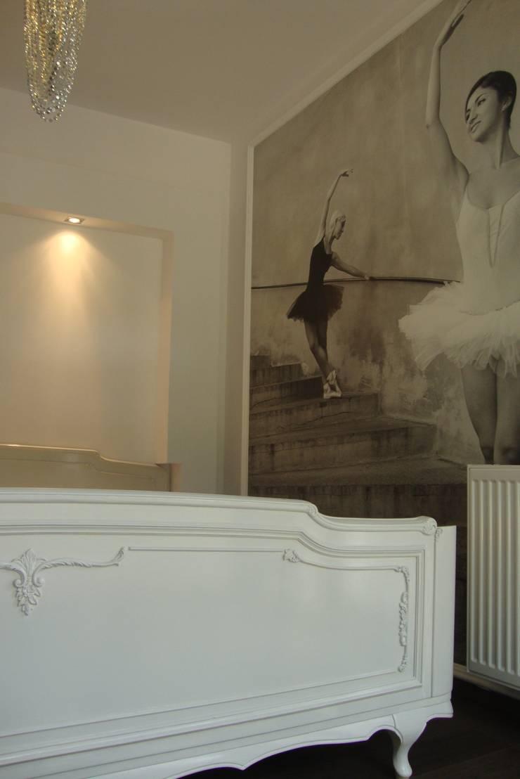 dom pod lasem : styl , w kategorii Sypialnia zaprojektowany przez Julia Domagała wnętrza