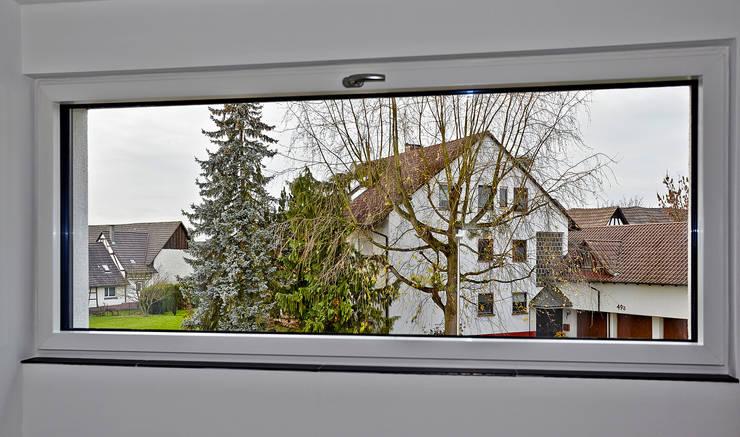 Pasillos y vestíbulos de estilo  por hilzinger GmbH - Fenster + Türen, Minimalista