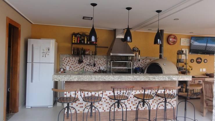 Jovem casal na cidade de Muriaé: Salas de jantar  por projetos10,