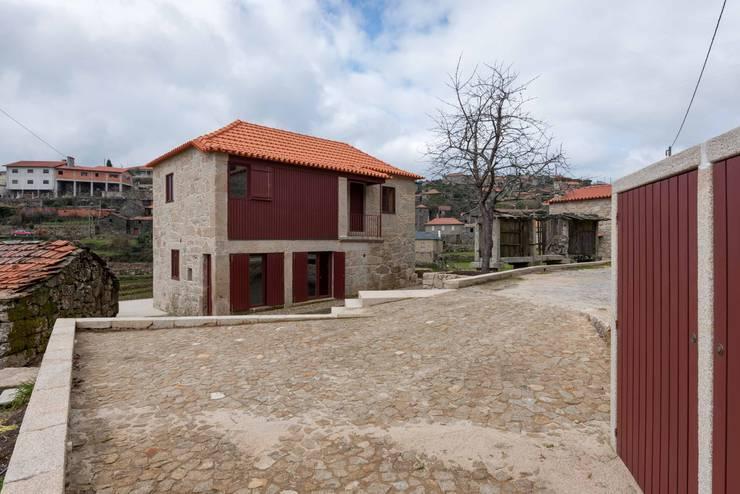 Casa de Campo na Aldeia da Felgueira: Casas  por André Eduardo Tavares Arquitecto