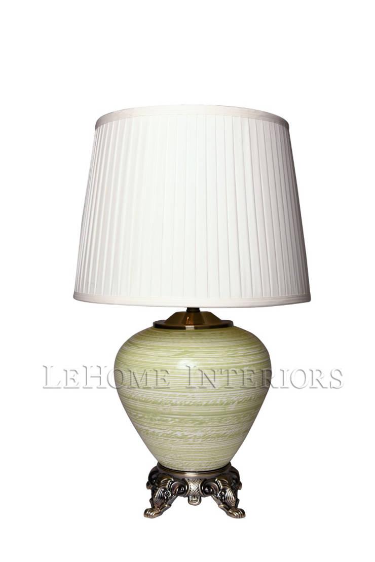 Лампа настольная F236: Гостиная в . Автор – LeHome Interiors