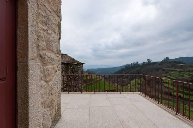 Casa de Campo na Aldeia da Felgueira: Terraços  por André Eduardo Tavares Arquitecto