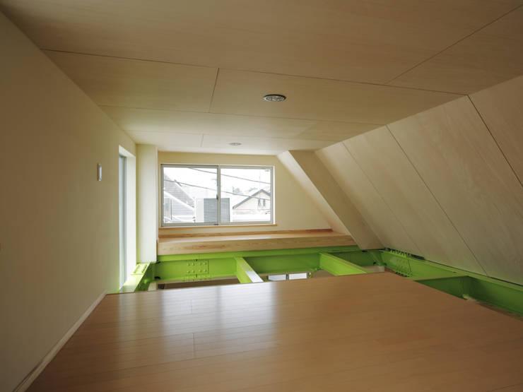 M house: 有限会社 空間計画研究所・佐藤万芳が手掛けたリビングです。,モダン