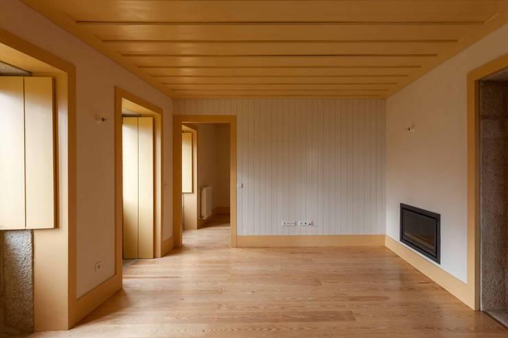 Casa de Campo na Aldeia da Felgueira: Salas de estar  por André Eduardo Tavares Arquitecto