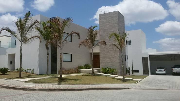 Residência Sierra - esquina ( 465.60m2) :   por FARO ARQUITETURA LDTA-ME