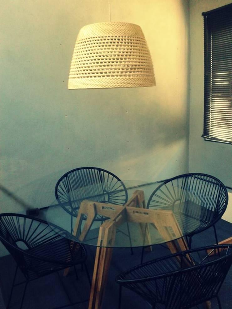 Lámpara Gregorio y otros muebles: Comedores de estilo  por ESTUDIO METRIA.