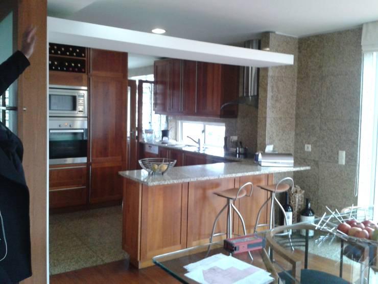 Casa Olimpio: Cozinhas  por Arqtª Manuela Soutinho