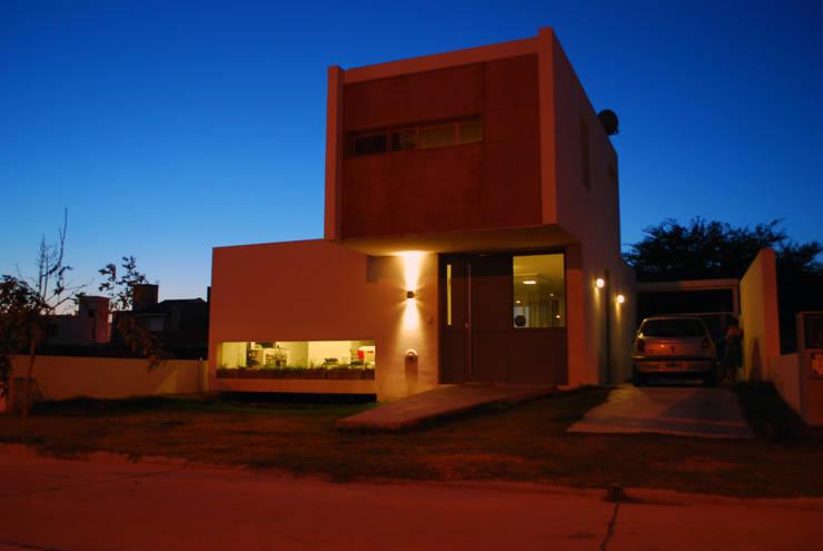 Casa en Manatiales – Casa del músico: Yates y jets de estilo  por barqs bisio arquitectos