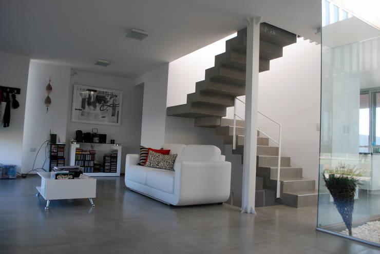 Casa en Manatiales – Casa del músico: Livings de estilo moderno por barqs bisio arquitectos
