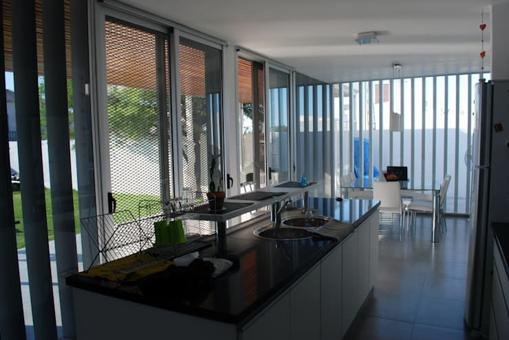 Casa en Manatiales – Casa del músico: Cocinas de estilo moderno por barqs bisio arquitectos