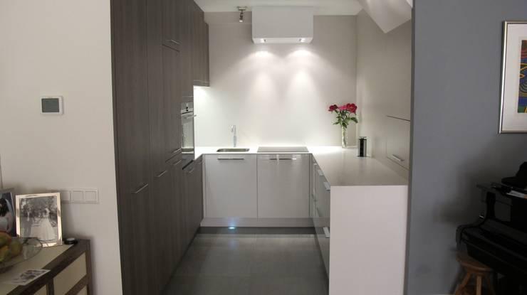 keuken hoogglans wit icm notenhout grijs: modern  door Rubens Interieurbouw, Modern
