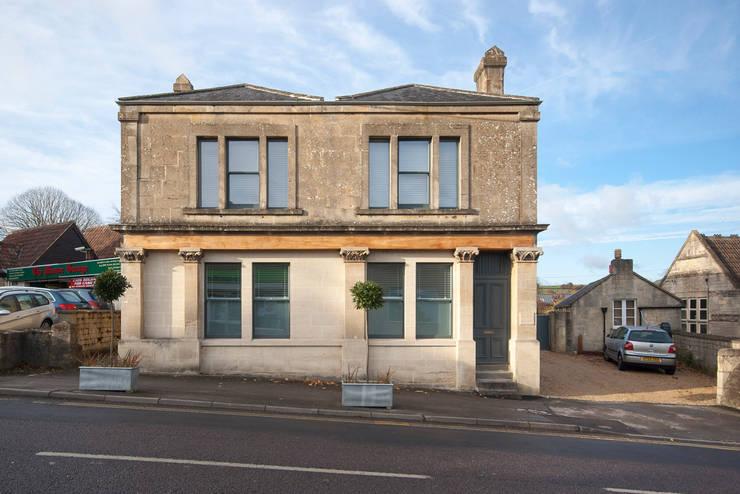 Rumah oleh Designscape Architects Ltd, Klasik